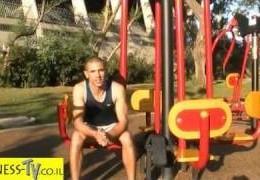 סרטון תרגילי רגליים במתקני כושר בפארק