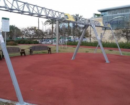 מתקן לתליית רצועות TRX בפארק הרצליה
